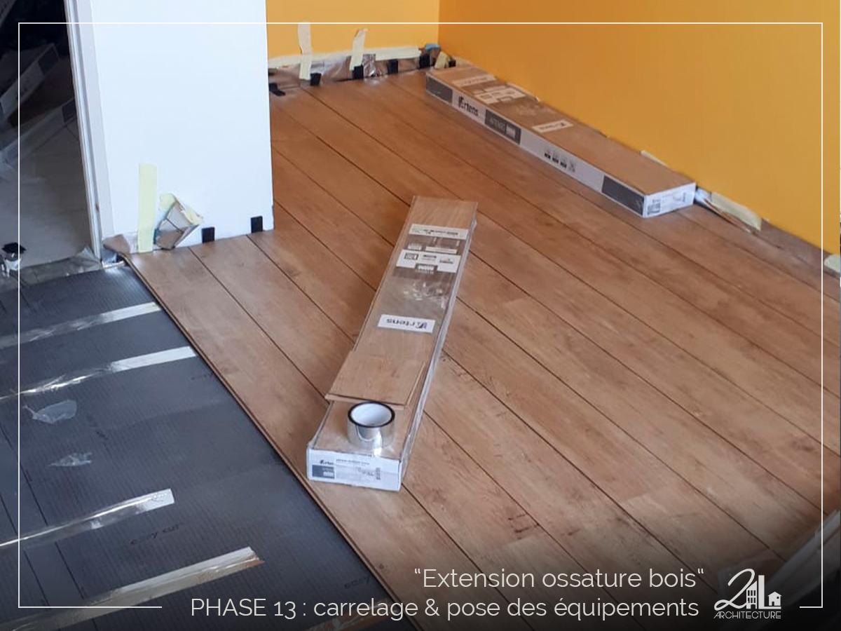 Suivez le chantier de la construction d'une extension en ossature bois. Phase 13, le carrelage et la pose des équipements