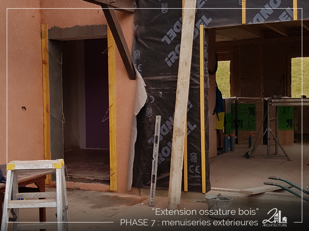 Suivez le chantier de la construction d'une extension en ossature bois. Phase 7, les menuiseries extérieures