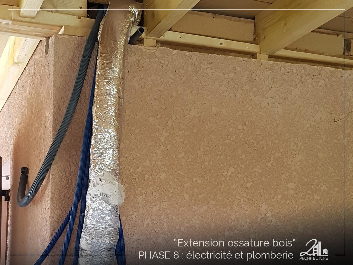 Suivez le chantier de la construction d'une extension en ossature bois. Phase 8, l'électricité et la plomberie